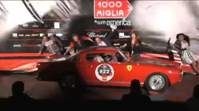 Un Ferrari tira al suelo a cinco presentadores a la vez