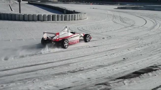 Un Fórmula rueda en el nevado Nürburgring