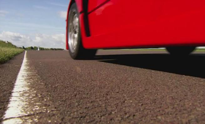 Ferrari F40 en las manos de Tiff Needell