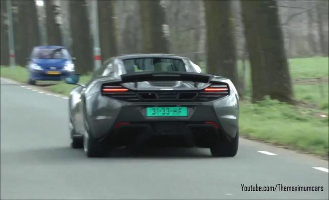 McLaren 650S en aceleración en carretera abierta