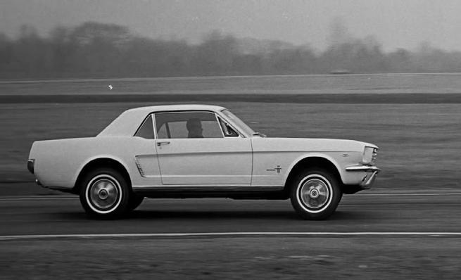 Ford Mustang Boss 302 Laguna Seca Edition contra Chevrolet Camaro ZL1