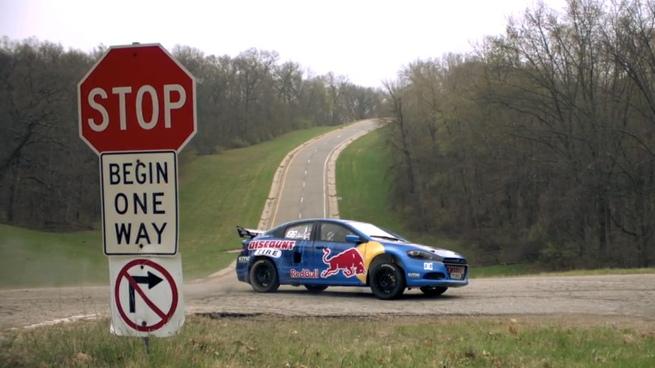 Travis Pastrana al volante del Dodge Dart de rally