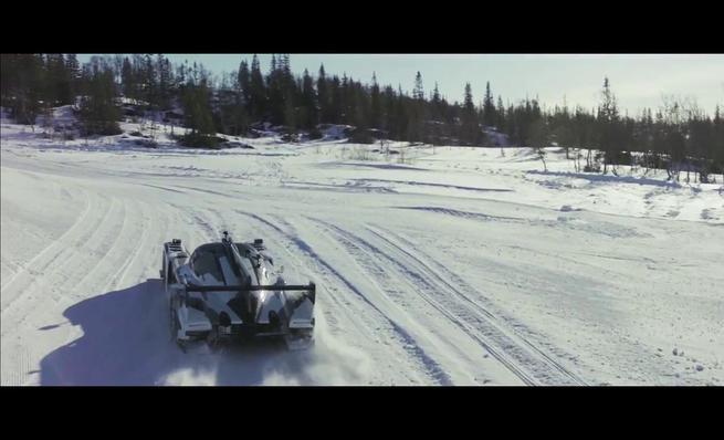 Un LMP2 pilotado por un esquiador en la nieve