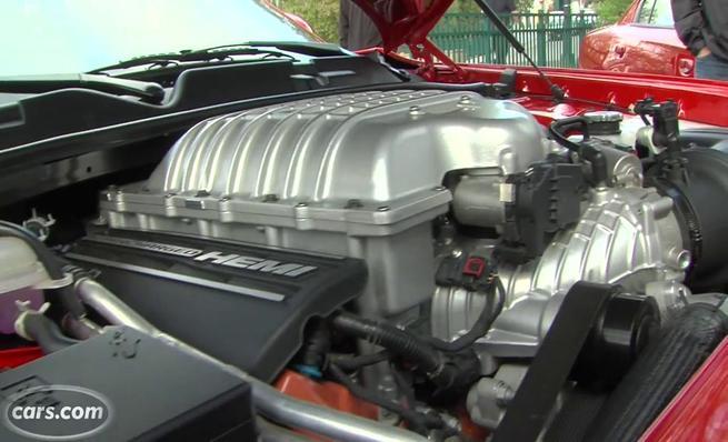 Dodge Challenger SRT Hellcat arrancando