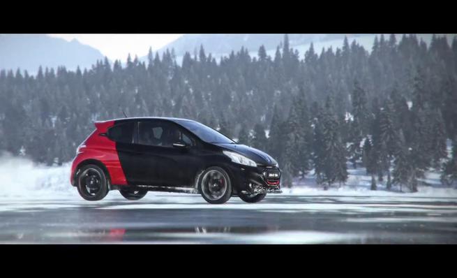 El Peugeot 208 GTI 30th sobre la nieve