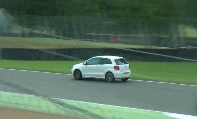 Un Volkswagen Polo se cuela en Brands Hatch