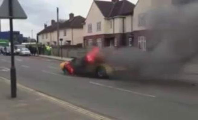 Lamborghini Miura en llamas en el medio de Londres
