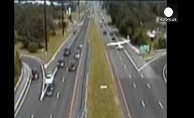Avioneta aterriza de emergencia en una autopista