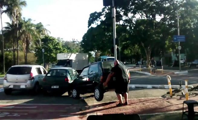 Ciclista desplaza un coche aparcado en el carril bici