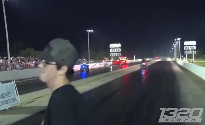 Un Ford Mustang acaba contra las protecciones en un circuito de Drag
