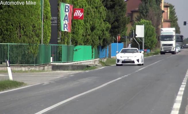 Lamborghini cazado probando un Lexus LFA