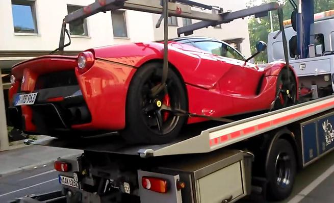 Ferrari LaFerrari llevado por la grúa en Múnich
