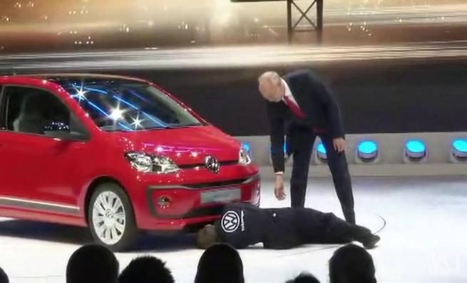 Espontaneo interrumpe la presentación Volkswagen