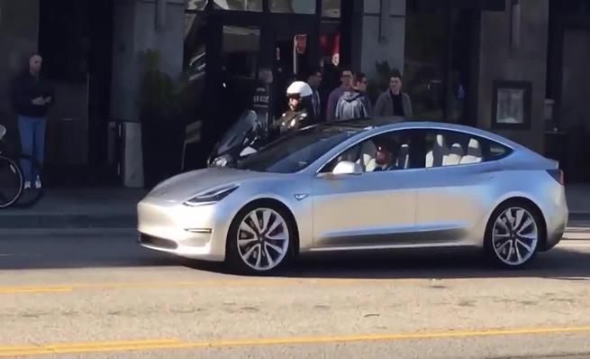 Primer vídeo del Tesla Model 3 en la calle